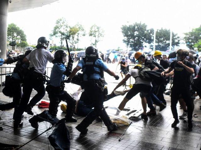 为什么香港警察会追打落单的示威者?
