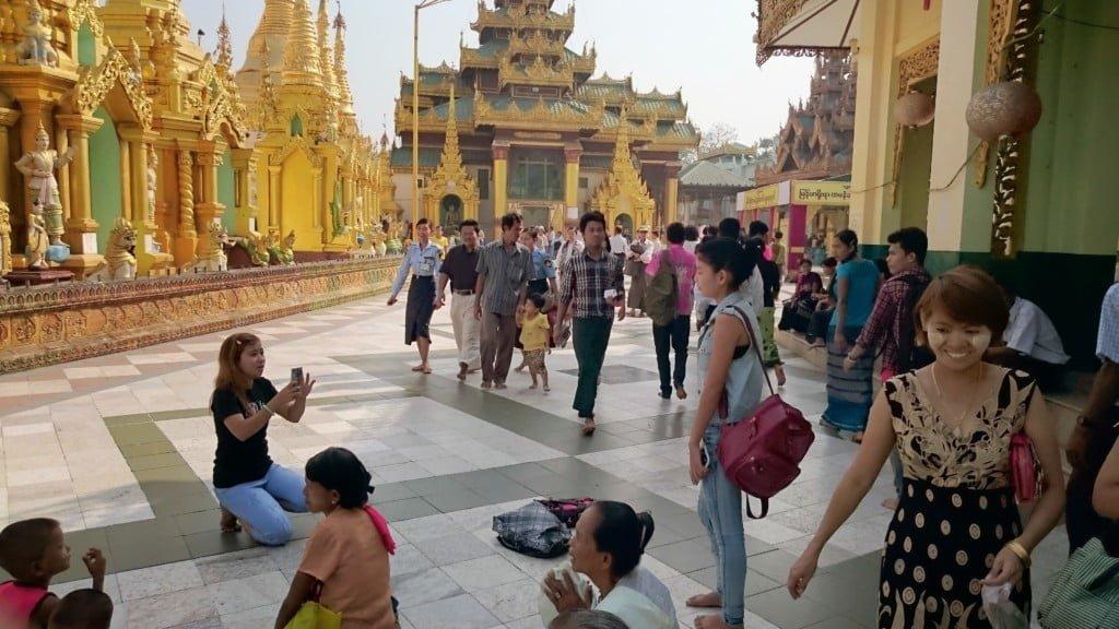 大金寺内多是休闲的本地人。